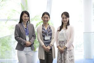 オフォスビルで働く女性の写真素材 [FYI01317331]
