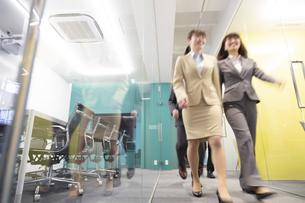オフィスを歩くビジネスウーマンの写真素材 [FYI01317357]