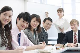 笑顔のビジネス男女6人の写真素材 [FYI01317360]