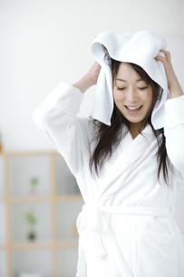 タオルで髪を拭いている女性の写真素材 [FYI01317378]
