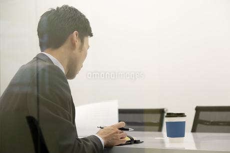 手帳を見ているビジネスマンの写真素材 [FYI01317401]