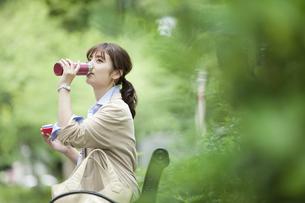 水筒を持つビジネス女性の写真素材 [FYI01317494]