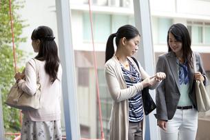 オフィスビルで会話をする女性の写真素材 [FYI01317511]