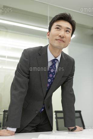 打ち合わせするビジネスマンの写真素材 [FYI01317581]
