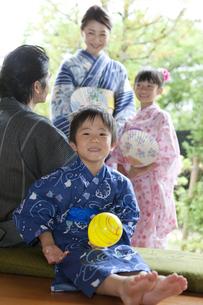浴衣姿の日本人家族の写真素材 [FYI01317582]