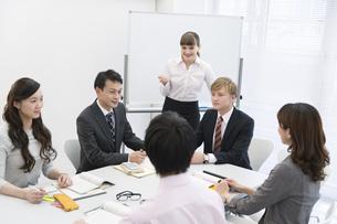 社内研修中のビジネス男女6人の写真素材 [FYI01317601]