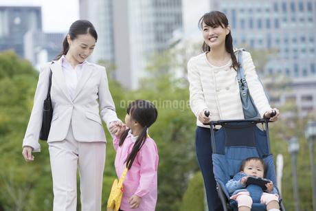 子連れで通勤する女性の写真素材 [FYI01317643]