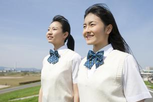 笑顔の女子校生2人の写真素材 [FYI01317715]