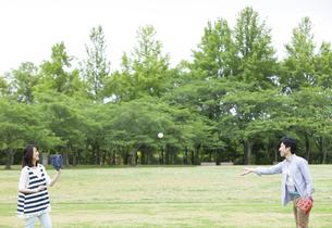 キャッチボールをするカップルの写真素材 [FYI01317754]