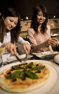 食事をする女性2人の写真素材 [FYI01317801]