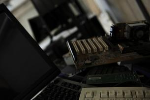 積み上げられた電子機器の写真素材 [FYI01317824]