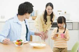 食事の準備をする家族の写真素材 [FYI01317885]