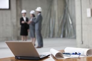 建設現場にいるビジネス男女の写真素材 [FYI01317942]