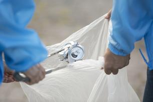 ゴミ拾いをするボランティアの写真素材 [FYI01317969]