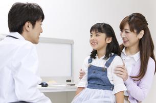 診察をする医師と患者の写真素材 [FYI01318008]