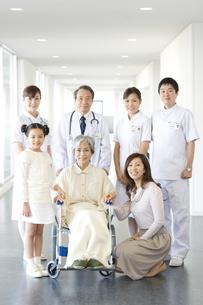 廊下に集まる笑顔の家族と医師と看護師の写真素材 [FYI01318031]