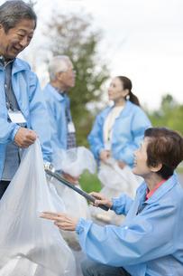 ゴミ拾いをするシニアグループの写真素材 [FYI01318050]
