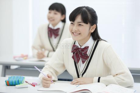 授業を受ける女子校生の写真素材 [FYI01318078]