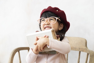 本を持つ女の子の写真素材 [FYI01318083]