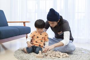 積み木で遊ぶ親子の写真素材 [FYI01318099]