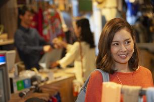 買い物をする女性の写真素材 [FYI01318131]