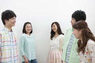 笑顔で話す若者5人の写真素材 [FYI01318158]