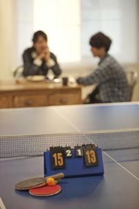 カフェでくつろぐカップルの写真素材 [FYI01318202]