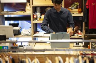 仕事をする男性店員の写真素材 [FYI01318204]