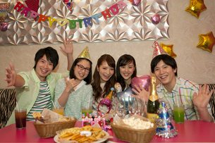 パーティーをする若者5人の写真素材 [FYI01318235]