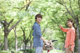 自転車を押すカップルの写真素材 [FYI01318263]