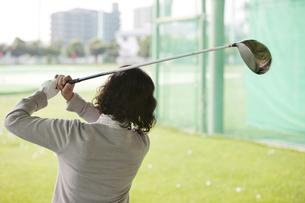 ゴルフをする熟年女性の後姿の写真素材 [FYI01318268]