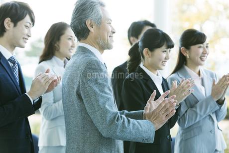 拍手をするビジネス男女の写真素材 [FYI01318281]