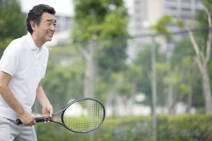 テニスをする中高年男性の写真素材 [FYI01318367]