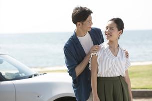 見つめ合う笑顔のカップルの写真素材 [FYI01318397]