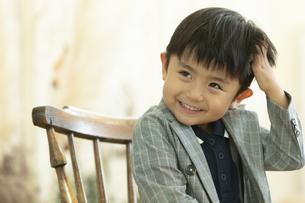 頭を掻く男の子の写真素材 [FYI01318399]