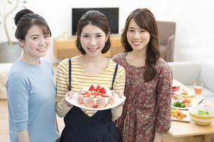 ケーキでお祝いする女性3人の写真素材 [FYI01318422]
