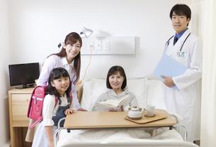 医師と患者と家族の写真素材 [FYI01318454]