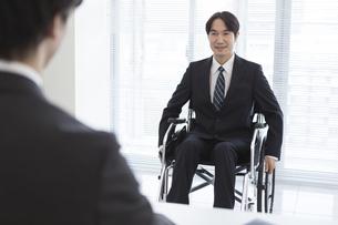 車椅子の男性と面接官の写真素材 [FYI01318456]