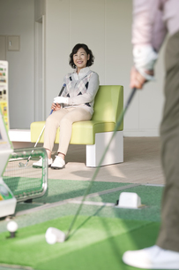 ゴルフ場で座る熟年女性の写真素材 [FYI01318460]