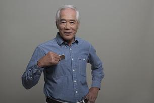 ポケットにスマートフォンを入れるシニア男性の写真素材 [FYI01318463]