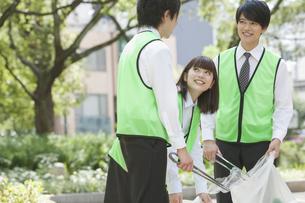 清掃活動をするビジネスマンとビジネスウーマンの写真素材 [FYI01318488]