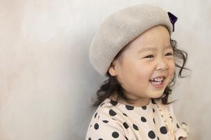 帽子を被った女の子の写真素材 [FYI01318491]
