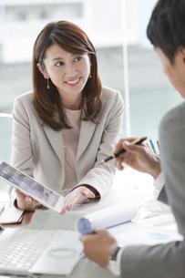 打ち合わせをする男女のビジネスマンの写真素材 [FYI01318529]