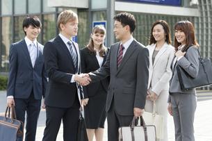 握手をするビジネスマンの写真素材 [FYI01318544]
