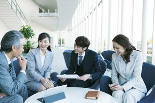 打ち合わせをするビジネス男女の写真素材 [FYI01318616]