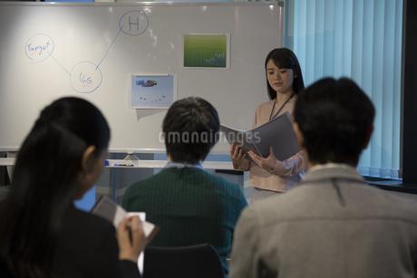 会議で説明をするビジネスウーマンの写真素材 [FYI01318630]