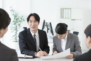 面接するビジネス男女の写真素材 [FYI01318632]