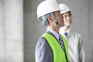 建設現場のビジネスマン2人の写真素材 [FYI01318633]