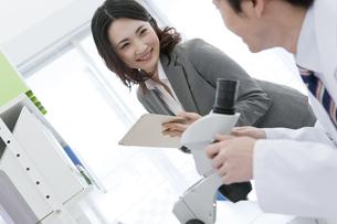 笑顔のビジネスウーマンと研究員の写真素材 [FYI01318638]