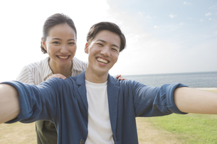 自撮りしているカップルの写真素材 [FYI01318647]